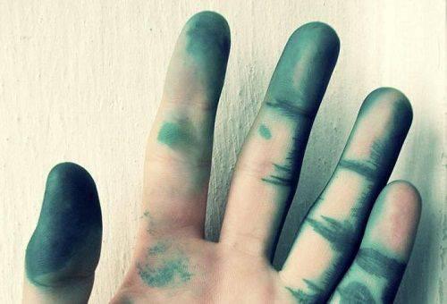 Чем отмыть зеленку с кожи - у человека или изделия, лучшие способы 1