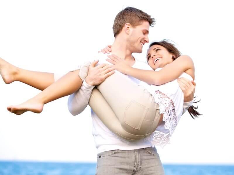 Парень держит девушку на руках - красивые 23 картинок 1