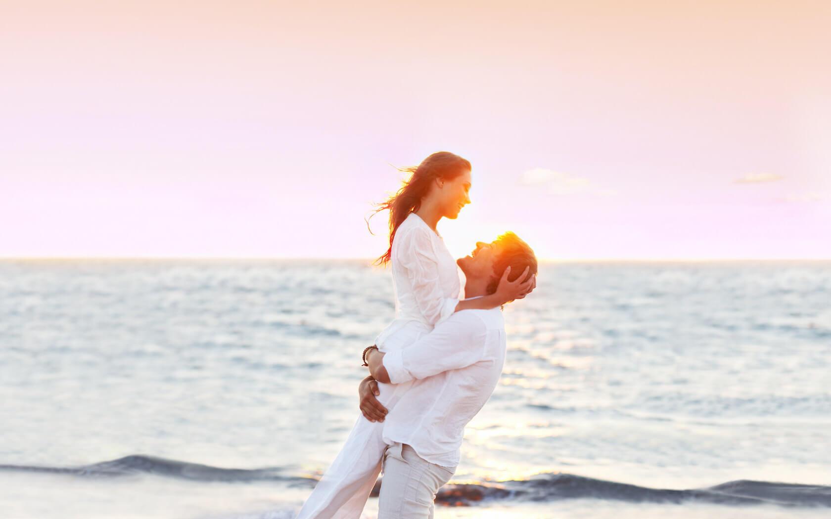 Парень держит девушку на руках - красивые 23 картинок 6