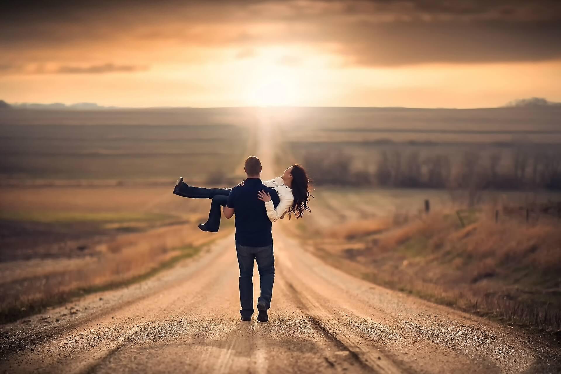 Парень держит девушку на руках - красивые 23 картинок 10