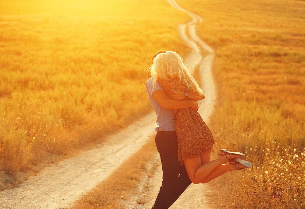 Парень держит девушку на руках - красивые 23 картинок 17