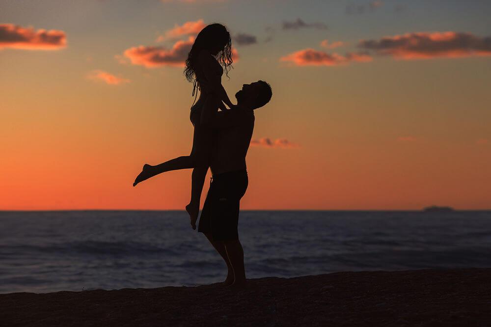 Парень держит девушку на руках - красивые 23 картинок 19