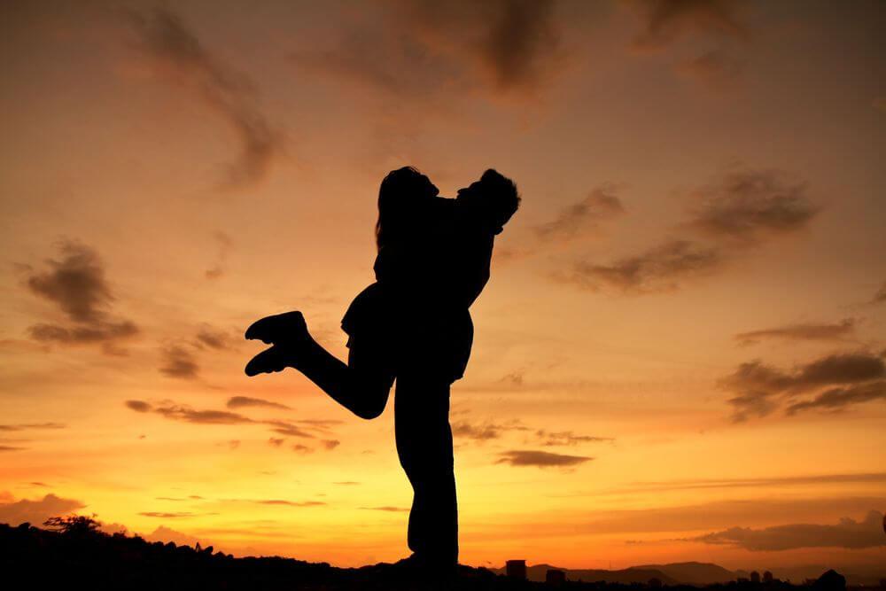 Парень держит девушку на руках - красивые 23 картинок 12
