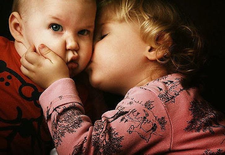Картинки мальчик целует девочку в губы, открытках