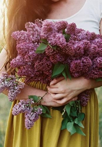 Девушка с букетом цветов в руках   красивые фото и картинки (1)