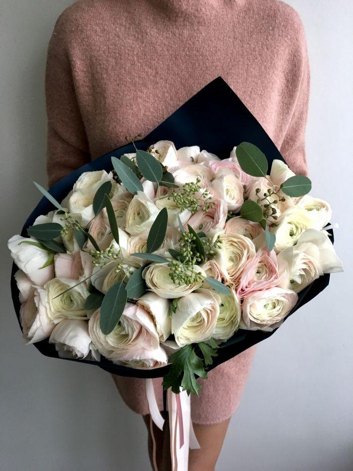 Девушка с букетом цветов в руках   красивые фото и картинки (11)