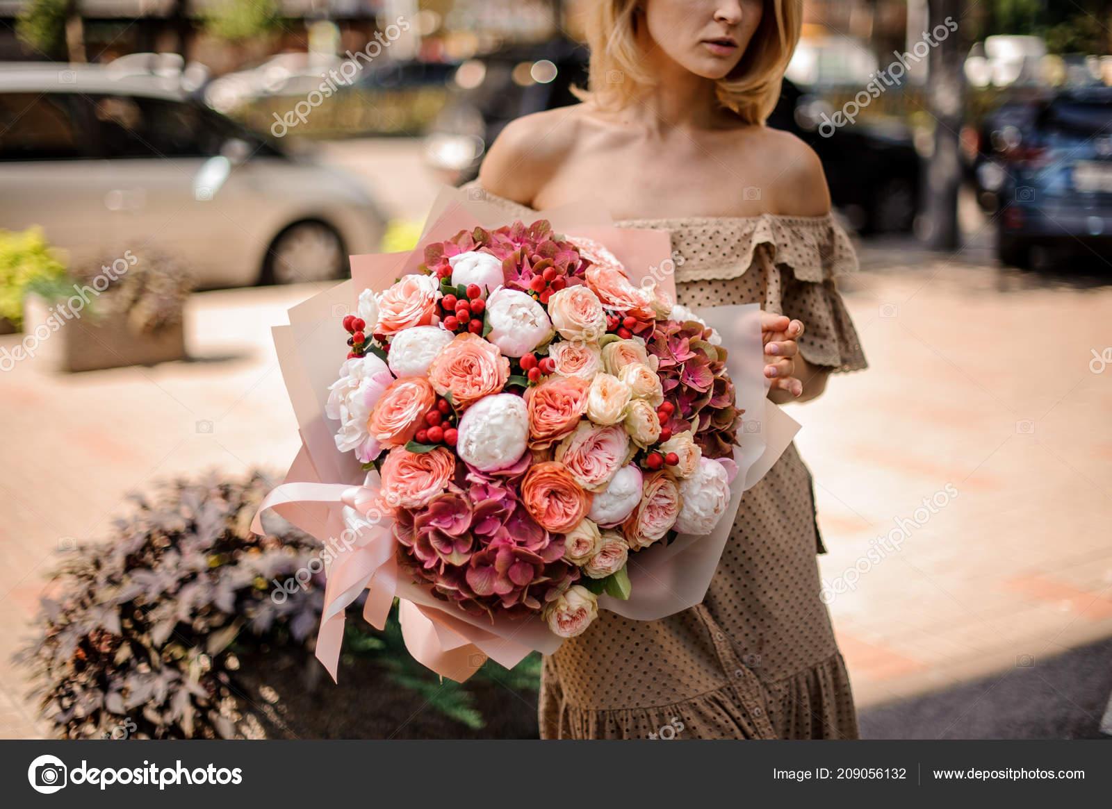 Девушка с букетом цветов в руках   красивые фото и картинки (12)