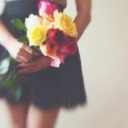 Девушка с букетом цветов в руках   красивые фото и картинки (13)