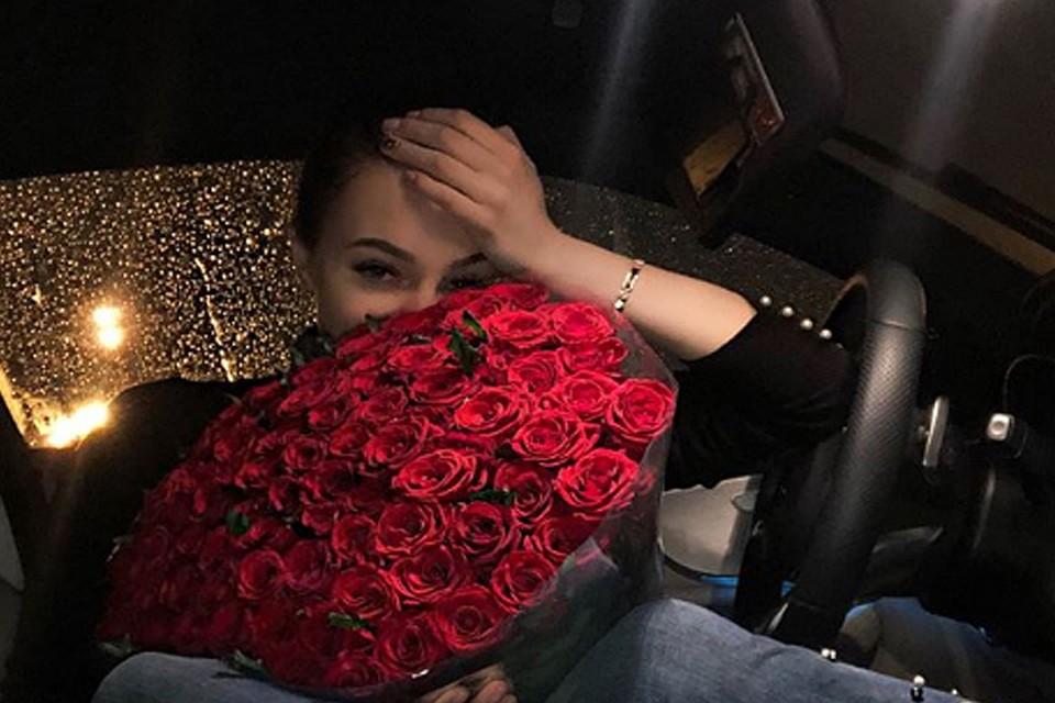 Девушка с букетом цветов в руках   красивые фото и картинки (17)