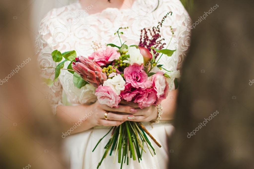 Девушка с букетом цветов в руках   красивые фото и картинки (19)