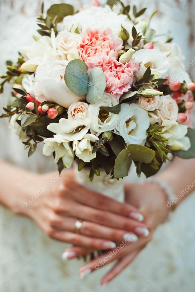 Девушка с букетом цветов в руках   красивые фото и картинки (2)