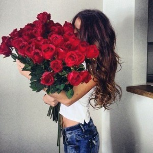 Девушка с букетом цветов в руках   красивые фото и картинки (21)