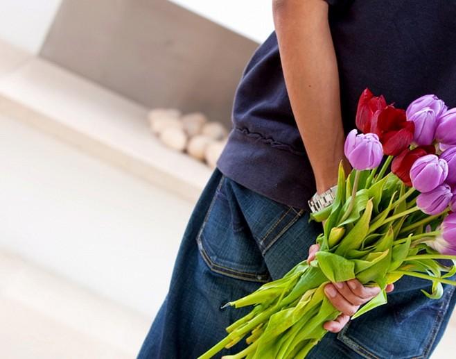 Девушка с букетом цветов в руках   красивые фото и картинки (22)