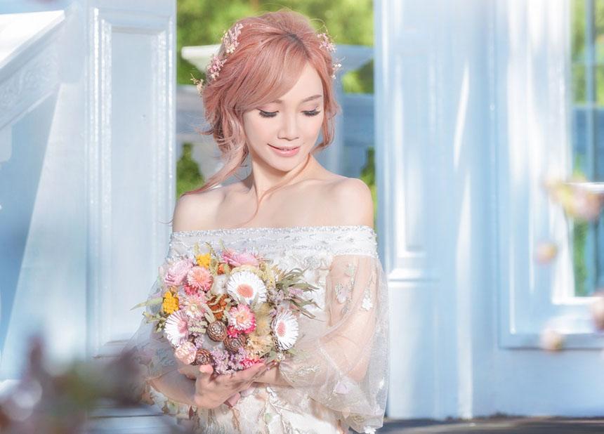 Девушка с букетом цветов в руках   красивые фото и картинки (27)