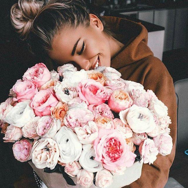 Девушка с букетом цветов в руках   красивые фото и картинки (3)