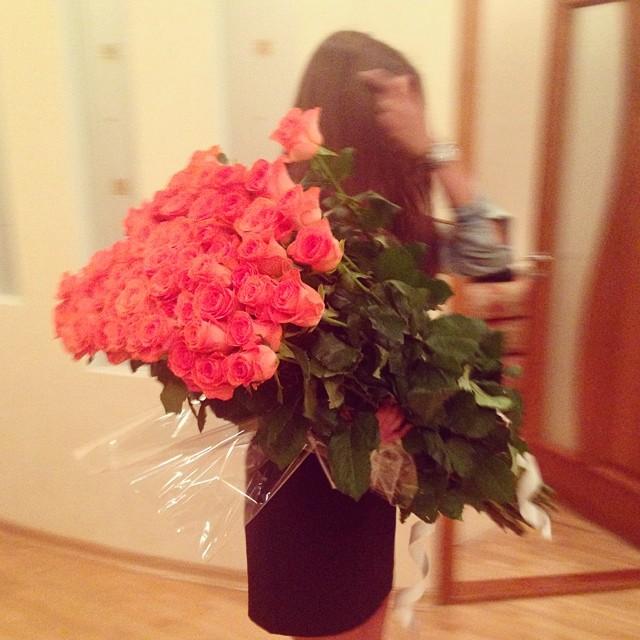 Девушка с букетом цветов в руках   красивые фото и картинки (30)