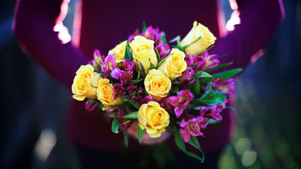 Девушка с букетом цветов в руках   красивые фото и картинки (31)
