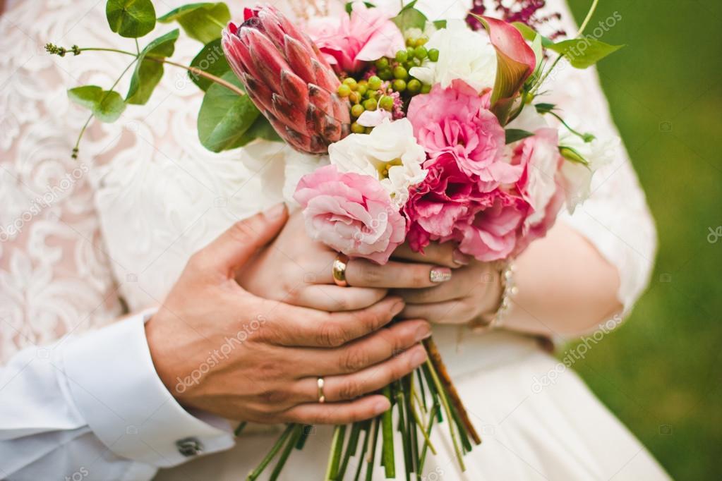 Девушка с букетом цветов в руках   красивые фото и картинки (32)