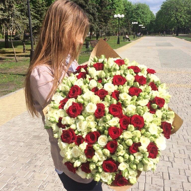 Девушка с букетом цветов в руках   красивые фото и картинки (38)