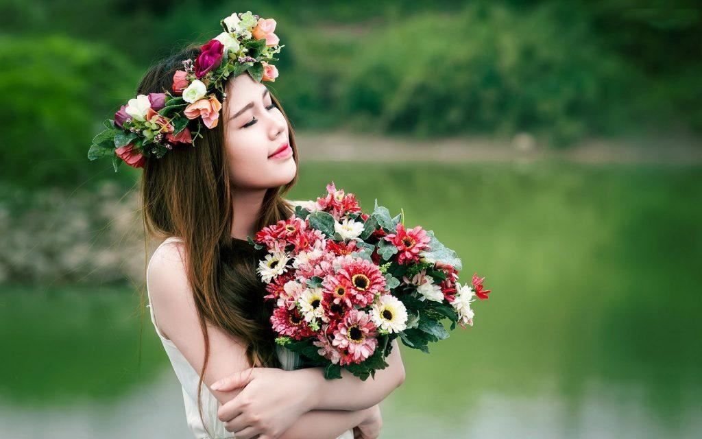 Девушка с букетом цветов в руках   красивые фото и картинки (39)