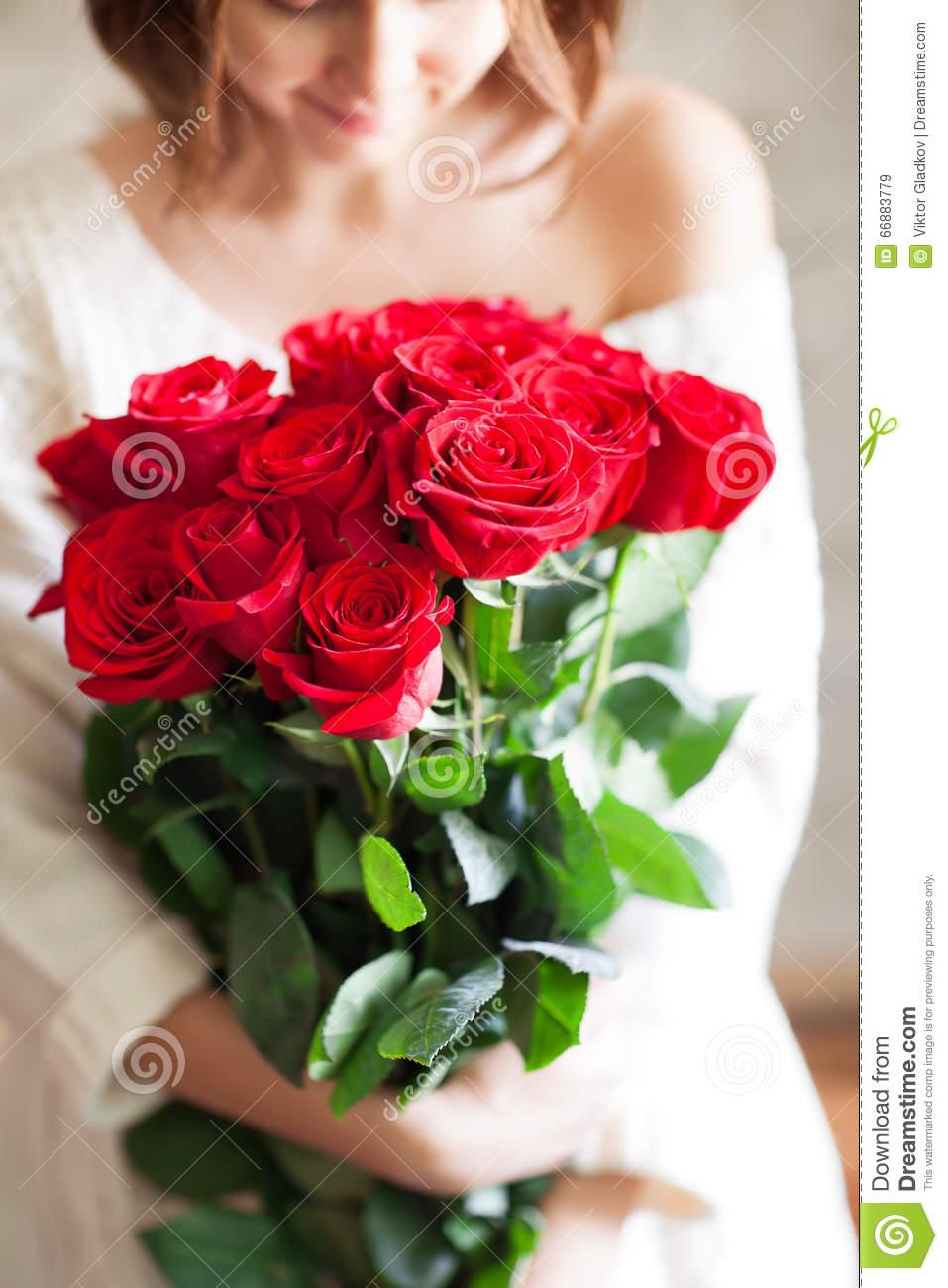 Девушка с букетом цветов в руках   красивые фото и картинки (40)