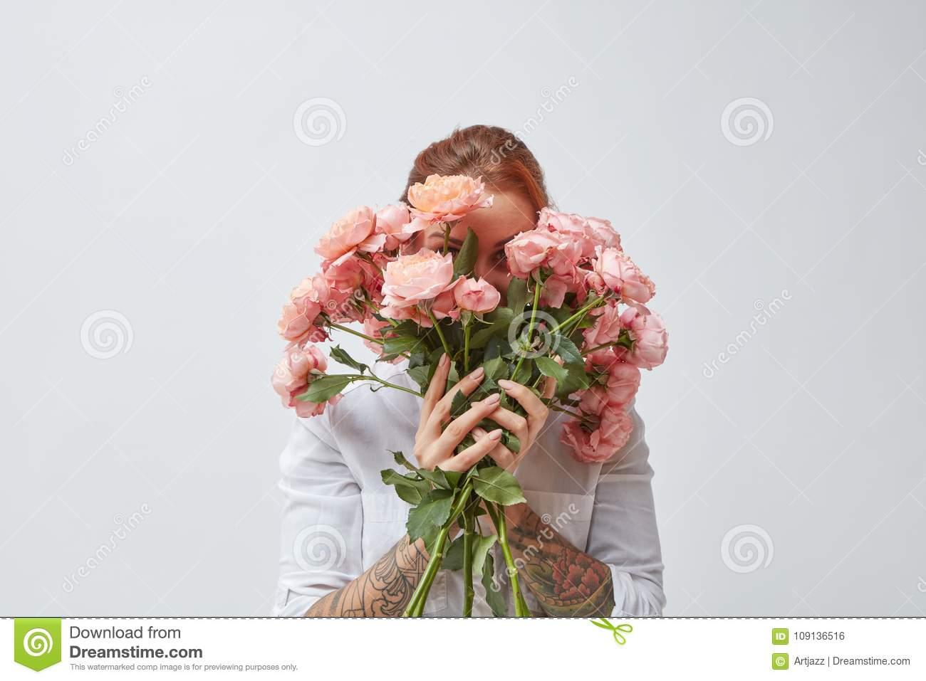 Девушка с букетом цветов в руках   красивые фото и картинки (6)