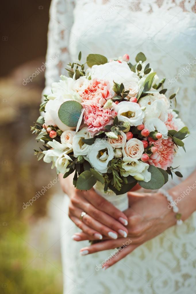 Девушка с букетом цветов в руках   красивые фото и картинки (8)