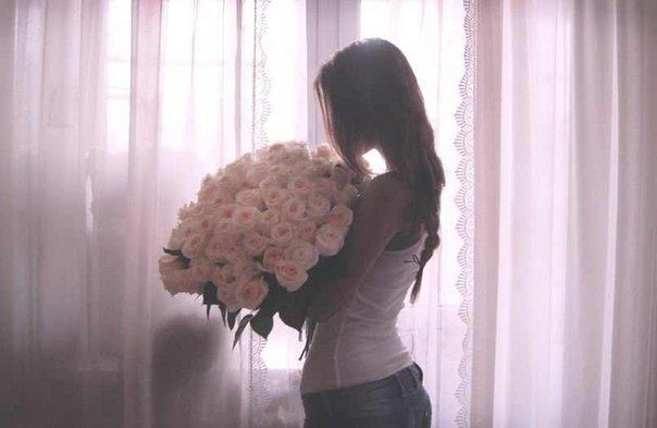 Девушка с букетом цветов в руках   красивые фото и картинки (9)