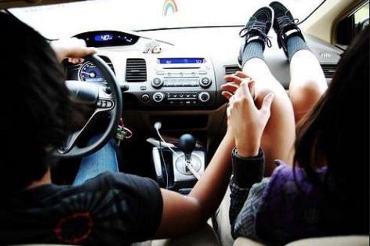 девушка с парнем в машине - 12