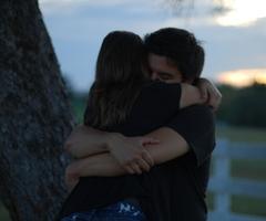 Парень и девушка обнимаются, лица не видно   картинки (11)