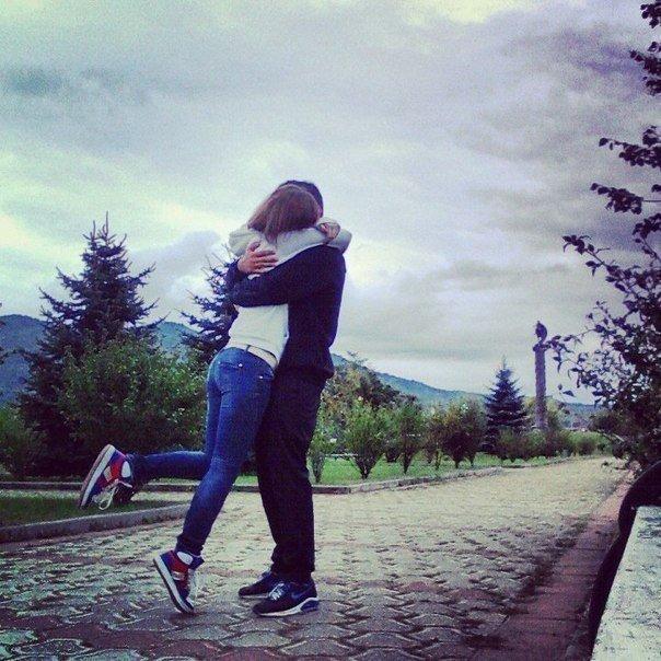 Парень и девушка обнимаются, лица не видно   картинки (2)