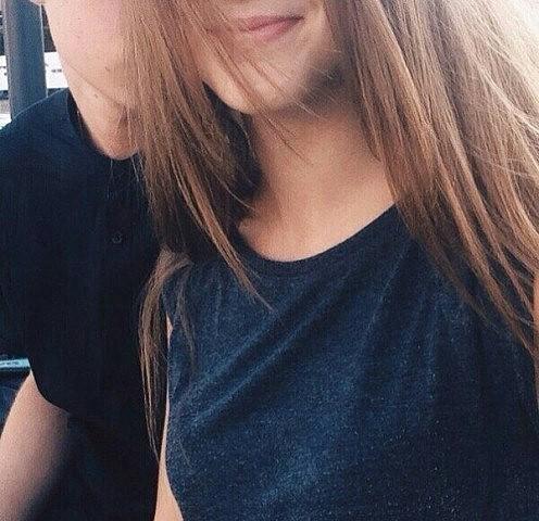 Парень и девушка обнимаются, лица не видно   картинки (25)