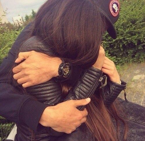 Парень и девушка обнимаются, лица не видно   картинки (4)