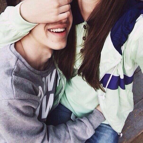 Парень и девушка обнимаются, лица не видно   картинки (5)