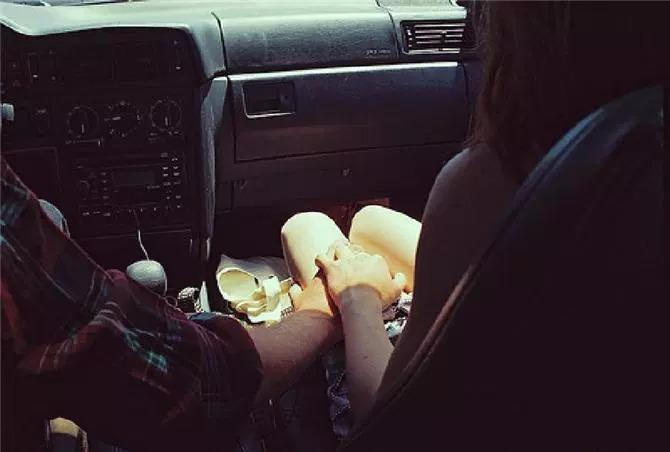 Парень с девушкой без лица в машине   сборка фото (13)