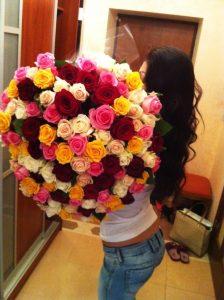 Брюнетка с розами со спины   красивые фото 025