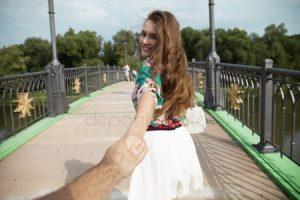 Девушка ведет парня за руку   фото 028