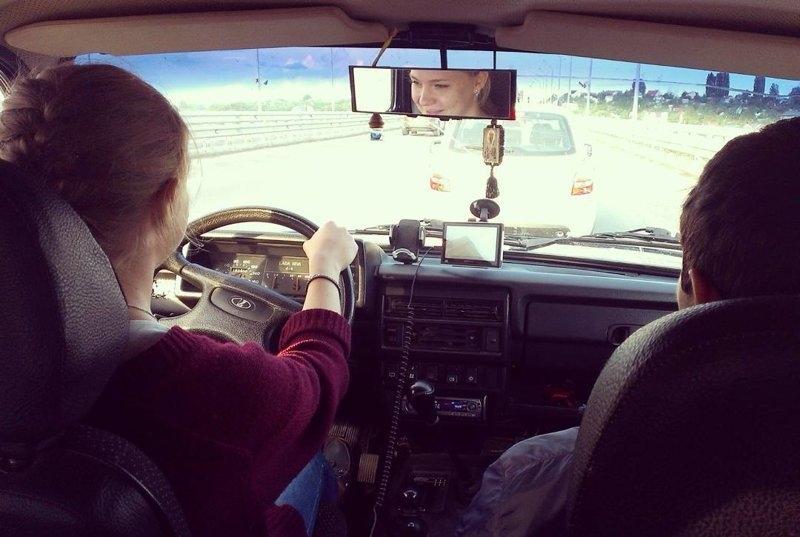 Девушка за рулем со спины   фото 002
