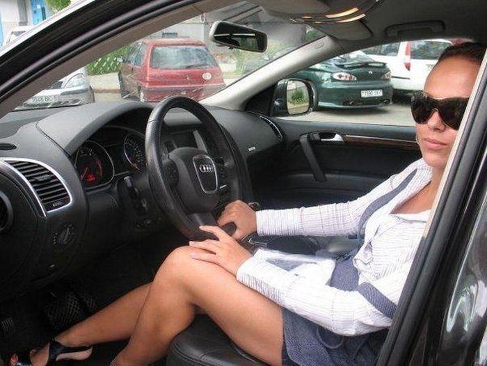 Девушка за рулем со спины   фото 007