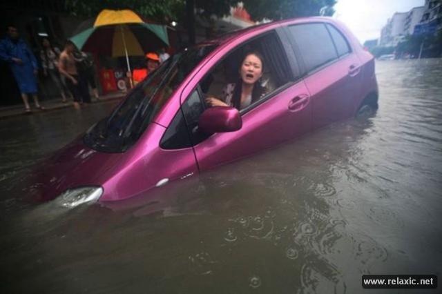 Девушка за рулем со спины   фото 012