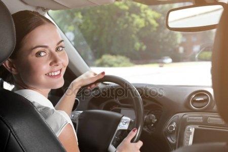 Девушка за рулем со спины   фото 013