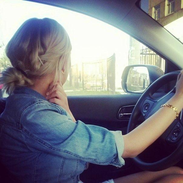 Девушка за рулем со спины   фото 014