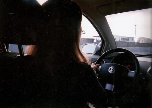 Девушка за рулем со спины   фото 020