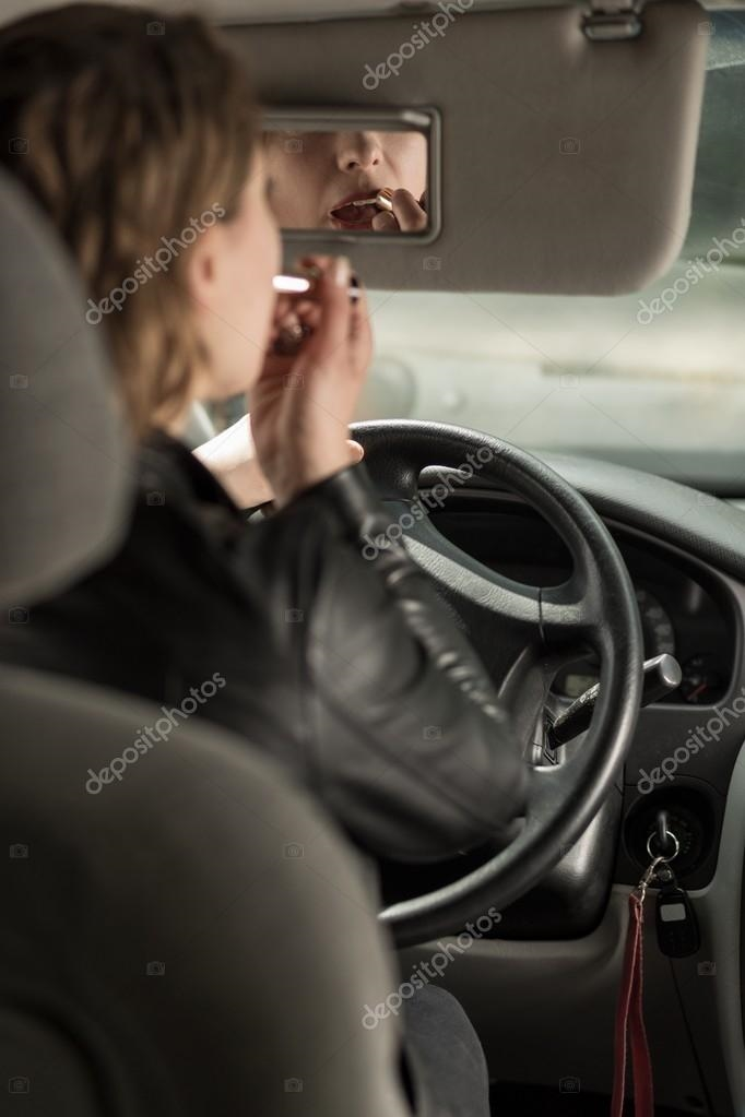 Девушка за рулем со спины   фото 022