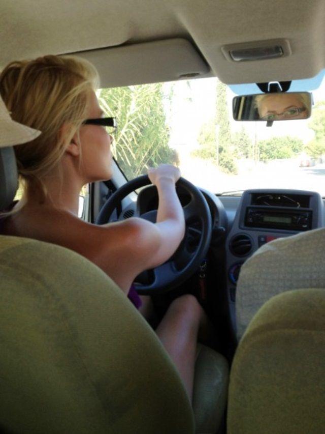 Девушка за рулем со спины   фото 023