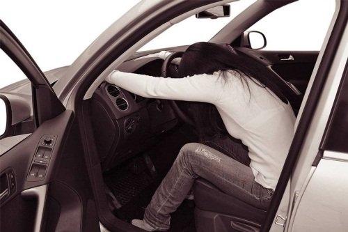 Девушка за рулем со спины   фото 024