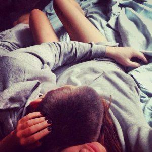 Девушка и девушка спят в обнимку   фото (19)