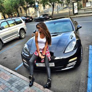 Девушка на машине сидит   фото 026
