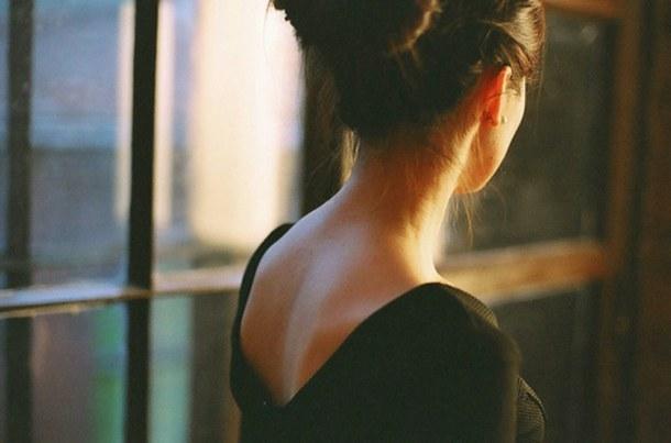 Девушка сзади с цветами   красивые фото 020
