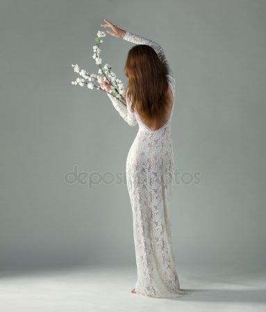 Девушка сзади с цветами   красивые фото 022